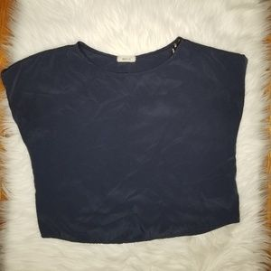 LOOSE FITTING TOP WITH BOTTOMS DETAILS AT THE BACK